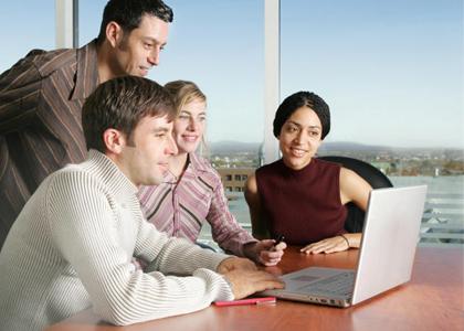 Gruppe von Mitarbeitern am PC